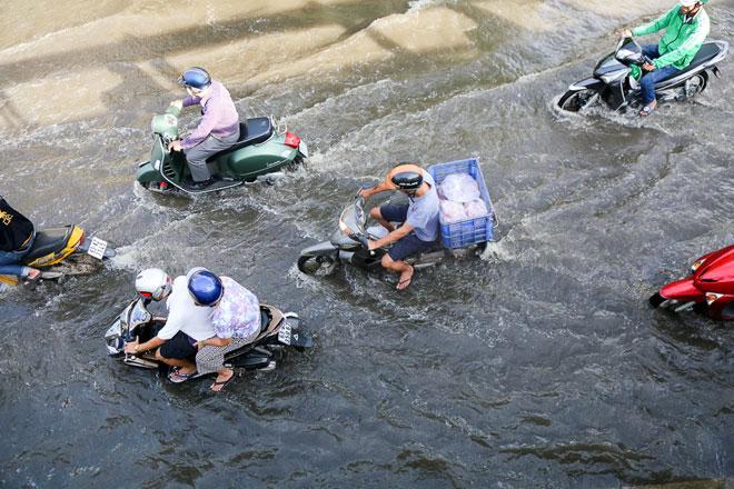 """Đường Sài Gòn thành sông, người dân """"bơi"""" trong ngày đầu tuần - 1"""