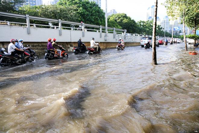"""Đường Sài Gòn thành sông, người dân """"bơi"""" trong ngày đầu tuần - 3"""