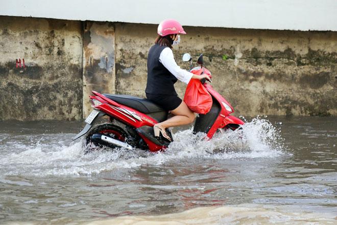 """Đường Sài Gòn thành sông, người dân """"bơi"""" trong ngày đầu tuần - 4"""