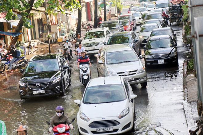 """Đường Sài Gòn thành sông, người dân """"bơi"""" trong ngày đầu tuần - 7"""