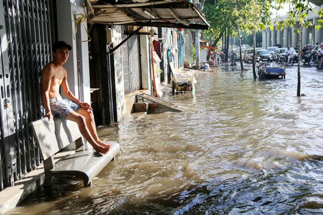 """Đường Sài Gòn thành sông, người dân """"bơi"""" trong ngày đầu tuần - 8"""