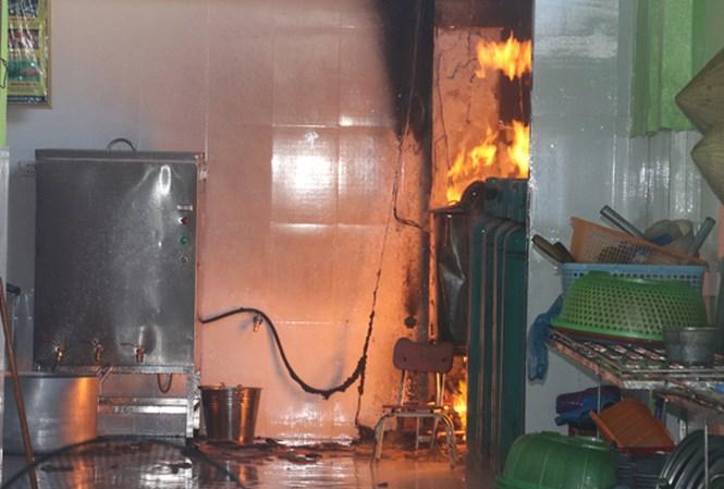 Cháy trường mầm non, hàng trăm học sinh di tản - 1