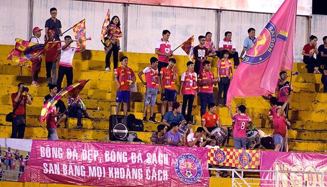 Fan nữ xinh đẹp hiếm hoi còn tình yêu với V-League - 1