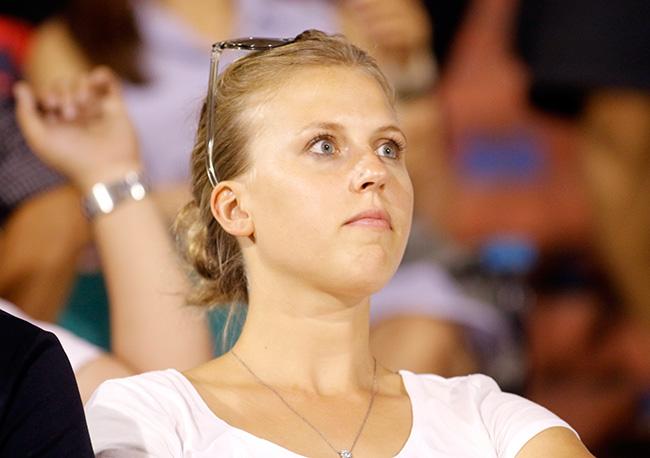 Fan nữ xinh đẹp hiếm hoi còn tình yêu với V-League - 2