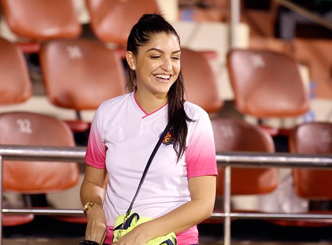 Fan nữ xinh đẹp hiếm hoi còn tình yêu với V-League - 8