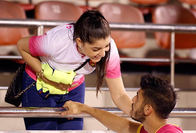 Fan nữ xinh đẹp hiếm hoi còn tình yêu với V-League - 9