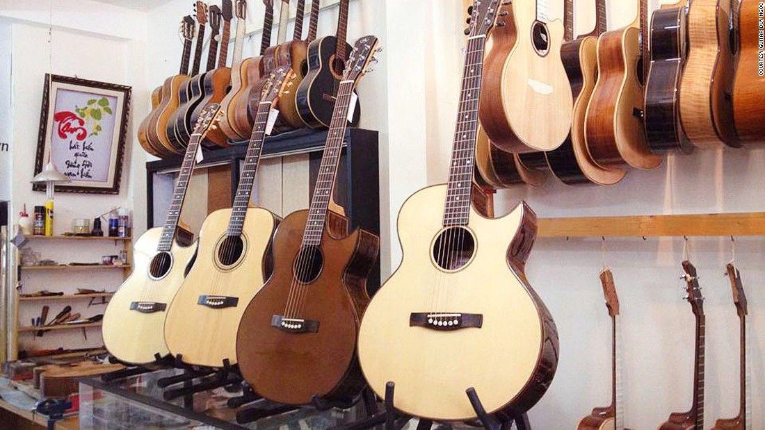 """Báo Mỹ viết về """"phố guitar"""" độc nhất vô nhị ở TP.HCM - 1"""