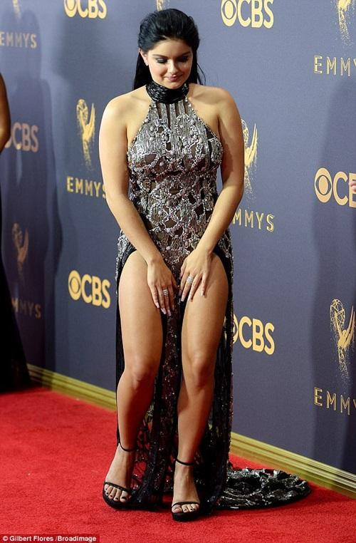 Cô béo xinh nhất Hollywood suýt hớ hênh vì váy xẻ bạo - 2