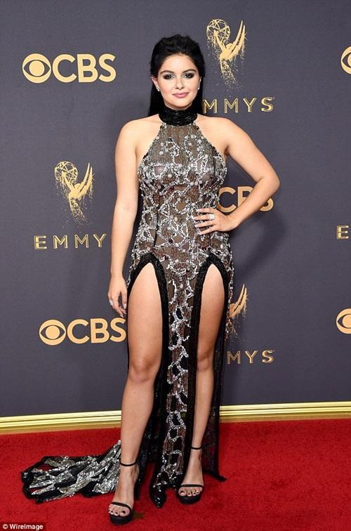 Cô béo xinh nhất Hollywood suýt hớ hênh vì váy xẻ bạo - 1