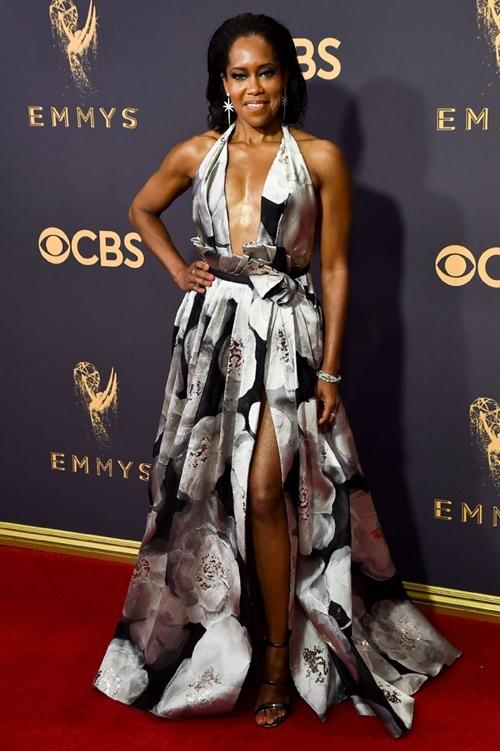 Cô béo xinh nhất Hollywood suýt hớ hênh vì váy xẻ bạo - 5