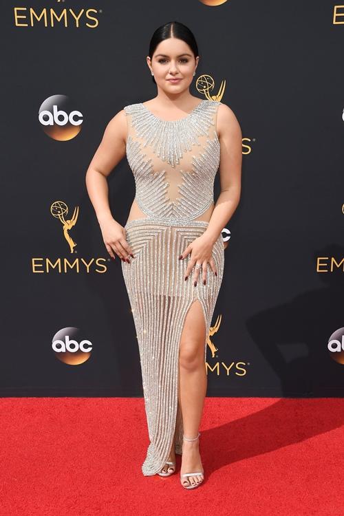 Cô béo xinh nhất Hollywood suýt hớ hênh vì váy xẻ bạo - 4