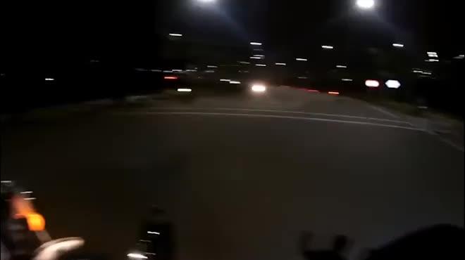 """Clip: """"Bắn"""" tiếng Anh với CSGT xong, biker chạy 153km/h"""