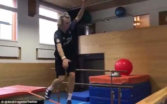 Fan cuồng Ronaldo trổ tài parkour siêu đỉnh, người xem há hốc mồm 1