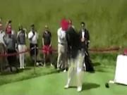 """Trump đăng  """" video chế """"  tự đánh golf vào lưng Clinton"""