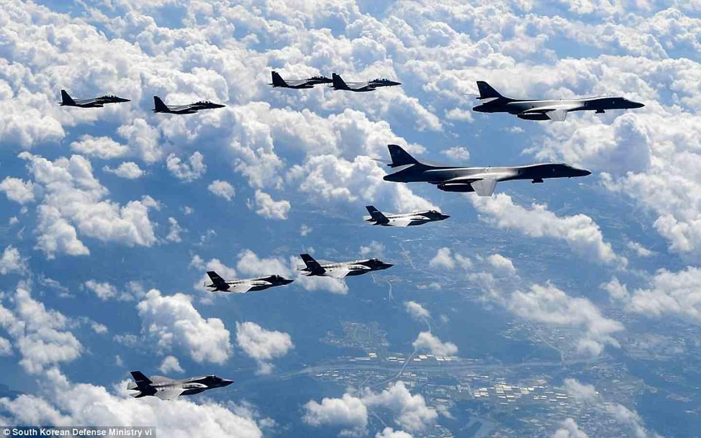 """Oanh tạc cơ, chiến đấu cơ Mỹ bay """"dằn mặt"""" sát Triều Tiên - 2"""