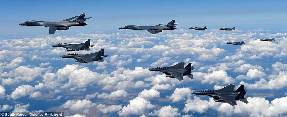 """Oanh tạc cơ, chiến đấu cơ Mỹ bay """"dằn mặt"""" sát Triều Tiên - 1"""