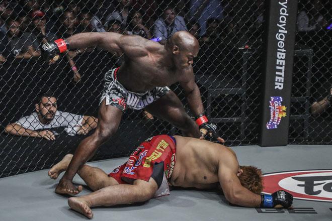 MMA: Kinh điển đo ván 11 giây, chạy như Mayweather đấm tựa McGregor 1