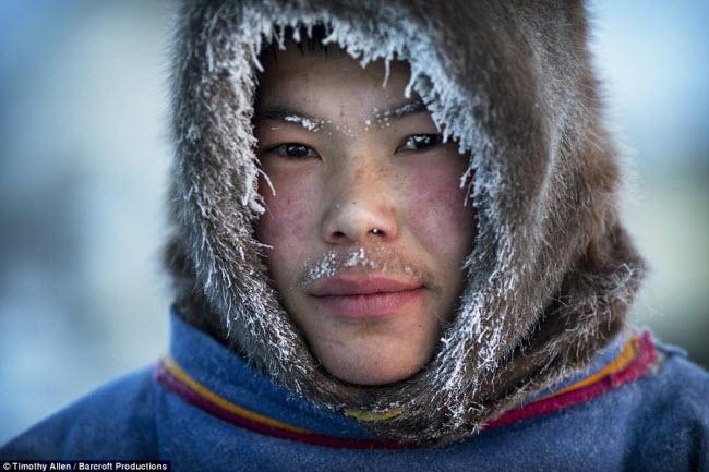 Bộ lạc Nenets là người bản xứ ở vùng bắc cực của Nga. Họ thường phải uống máu tuần lộc để có đủ năng lượng tồn tại trong điều kiện thời tiết khắc nghiệt -45 độ C ở Siberia.