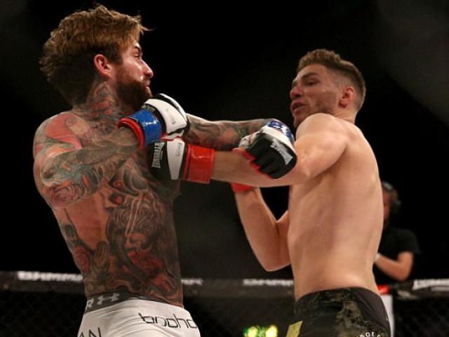 """UFC: Bị siết quá chặt, """"Thần sấm"""" đi ngủ luôn trên sàn đấu 1"""