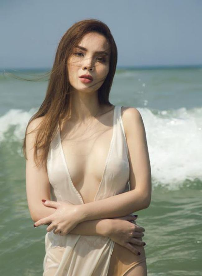 """Yến Trang là nữ ca sĩ quen thuộc với những bản nhạc trẻ trong showbiz Việt. Ở tuổi 33, cô chưa hé lộ về người đàn ông cô đang yêu. Nhưng trong một lần phỏng vấn, Yến Trang tiết lộ: """"Đại gia dòm ngó tôi từ năm 17 tuổi""""."""
