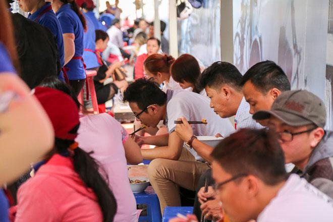 Hình ảnh bất ngờ phố hàng rong Sài Gòn sau 1 tháng đi vào hoạt động - 12