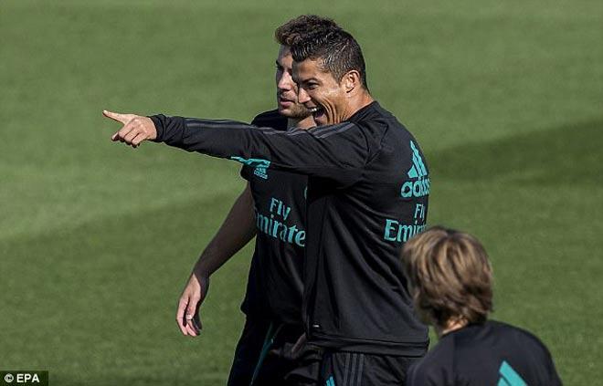 """Máy săn bàn"" Ronaldo mãn hạn treo giò: La Liga ""run rẩy"""