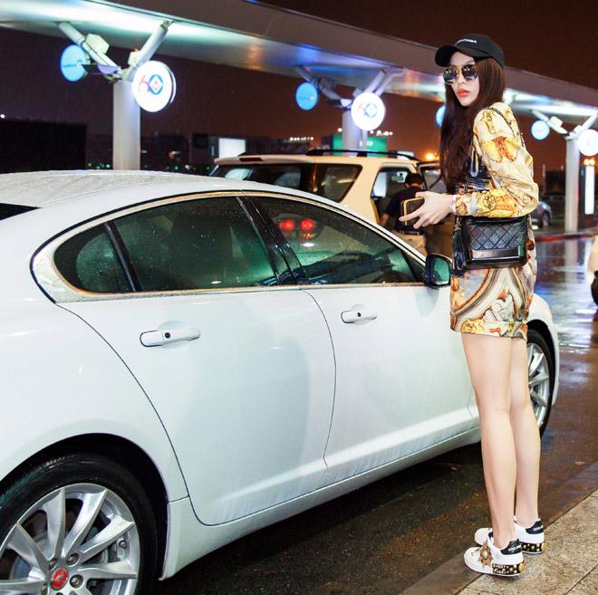 Hoa hậu Kỳ Duyên mặc váy siêu ngắn, dát hàng hiệu nửa tỷ ở sân bay