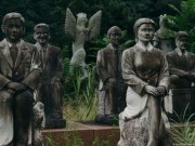 Lạnh gáy đi trong khu vườn có hàng trăm bức tượng bị bỏ hoang