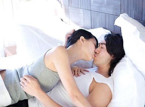 Chồng đột ngột bước vào giường hôn tôi rồi đề nghị ly dị - 1