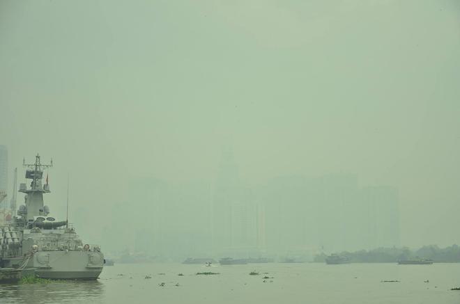"""Nhiều tòa nhà ở Sài Gòn """"mất tích"""" trong sương mù - 1"""