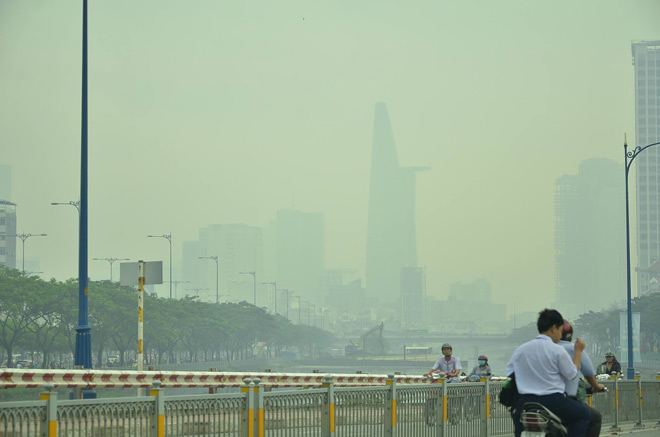 """Nhiều tòa nhà ở Sài Gòn """"mất tích"""" trong sương mù - 2"""