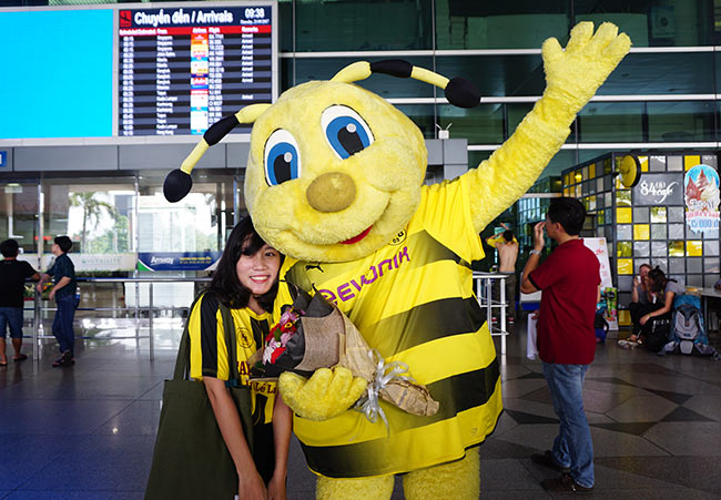 HLV nữ Dortmund xinh như hoa hậu đến Việt Nam dạy bóng đá - 1