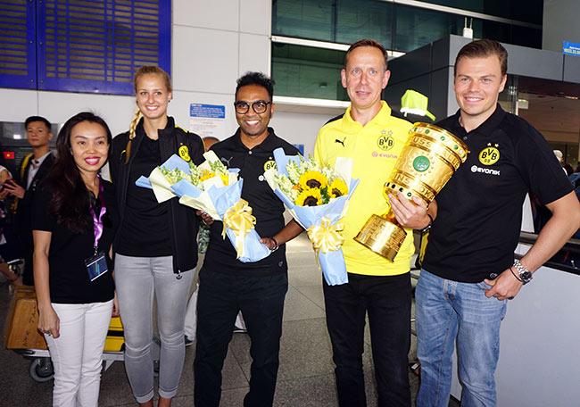 HLV nữ Dortmund xinh như hoa hậu đến Việt Nam dạy bóng đá - 2