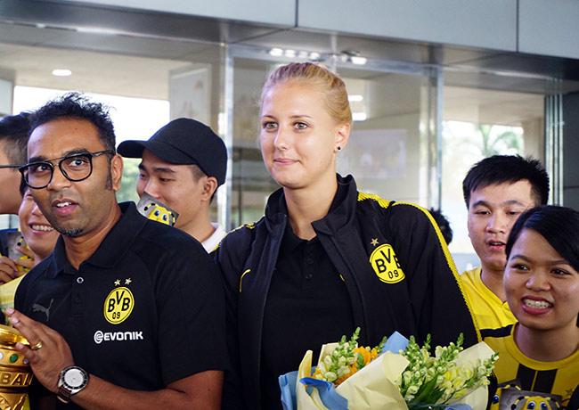 HLV nữ Dortmund xinh như hoa hậu đến Việt Nam dạy bóng đá - 5