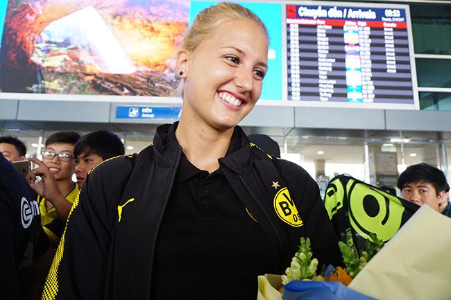 HLV nữ Dortmund xinh như hoa hậu đến Việt Nam dạy bóng đá - 6