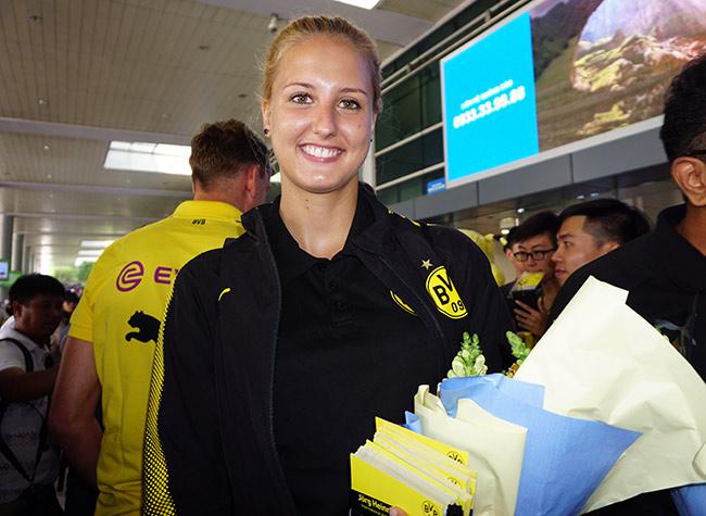 HLV nữ Dortmund xinh như hoa hậu đến Việt Nam dạy bóng đá - 7