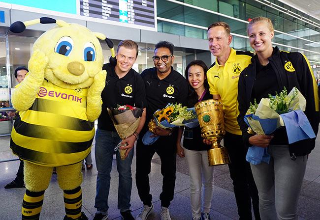 HLV nữ Dortmund xinh như hoa hậu đến Việt Nam dạy bóng đá - 8