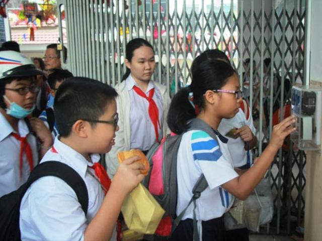 Trường học điểm danh bằng thẻ, học sinh hào hứng
