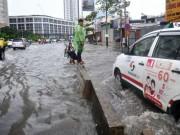 Chưa đầy 15 phút,  quái vật  đã hút sạch nước ngập trên phố Sài Gòn