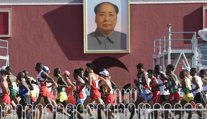 """""""Cạn lời"""" điền kinh Trung Quốc: Từ giả người chết đến chạy tắt về đích"""