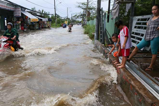 Triều cường đạt đỉnh, phố Sài Gòn sóng đánh cuồn cuộn