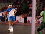 Bóng đá - SAO Việt Nam ghi siêu phẩm, Ronaldinho, Giggs ngả mũ