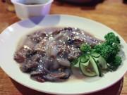 Thách bạn dám ăn sống món sâu gỗ kinh dị này của Philippines