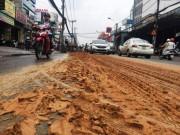 Xe ben rải đất, đường Sài Gòn như ruộng cày
