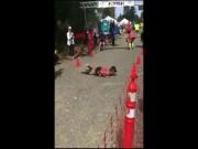 """Chạy marathon gần đến đích thì bị ngã, cô gái dùng cách  """" độc """"  về đích"""