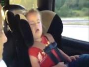 """Clip hài: Đang ngủ cũng phải bật dậy để  """" quẩy """""""