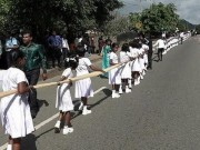 Cô dâu dụ 250 học sinh bỏ học đi bê váy cưới dài 3,2 km