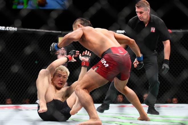 """UFC: U50 máu chiến, 90 giây bị tặng """"ngũ độc thần chưởng"""" 1"""
