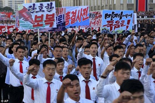 Biển người tuần hành cổ vũ ông Kim Jong-un đánh Mỹ - 1