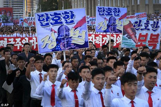 Biển người tuần hành cổ vũ ông Kim Jong-un đánh Mỹ - 2